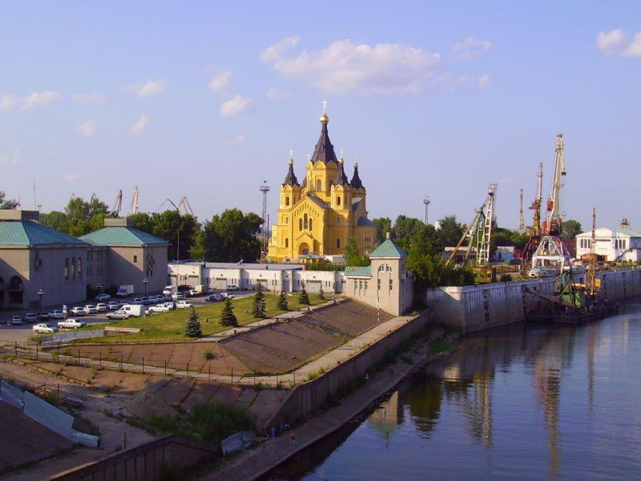 Красивый собор Александра Невского на Стрелке Нижнего Новгорода фото
