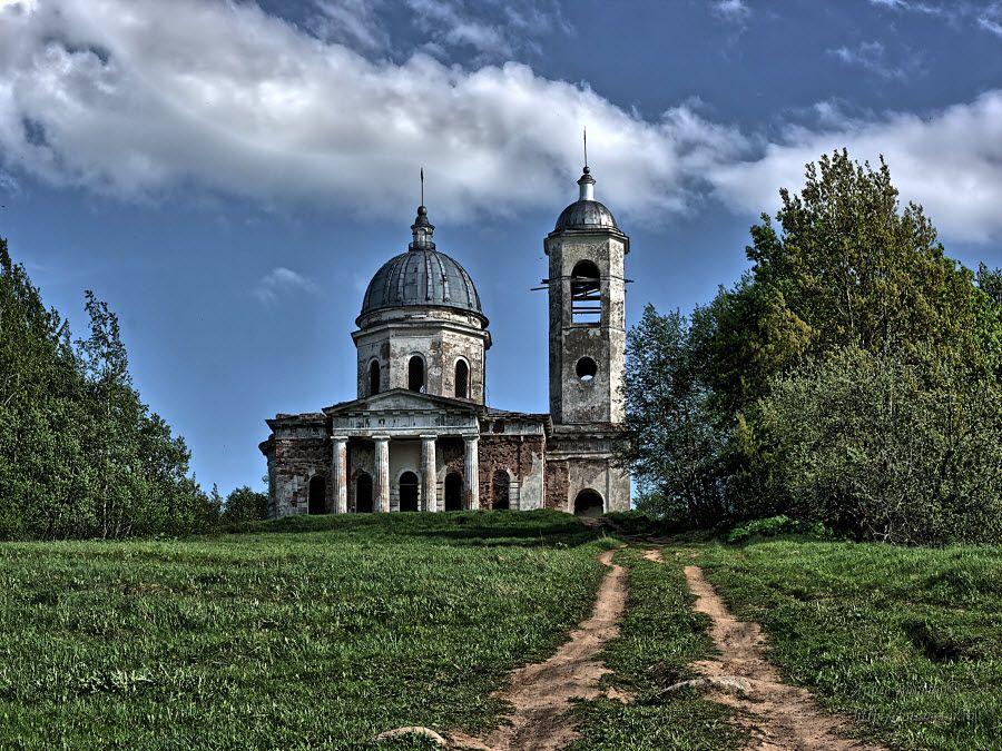 Фото старинная каменная церковь в Новгородской области
