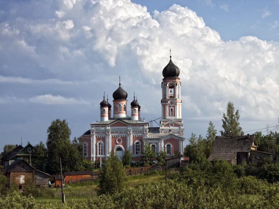 Церковь Святой Троицы в Крестцах Новгородской области фото