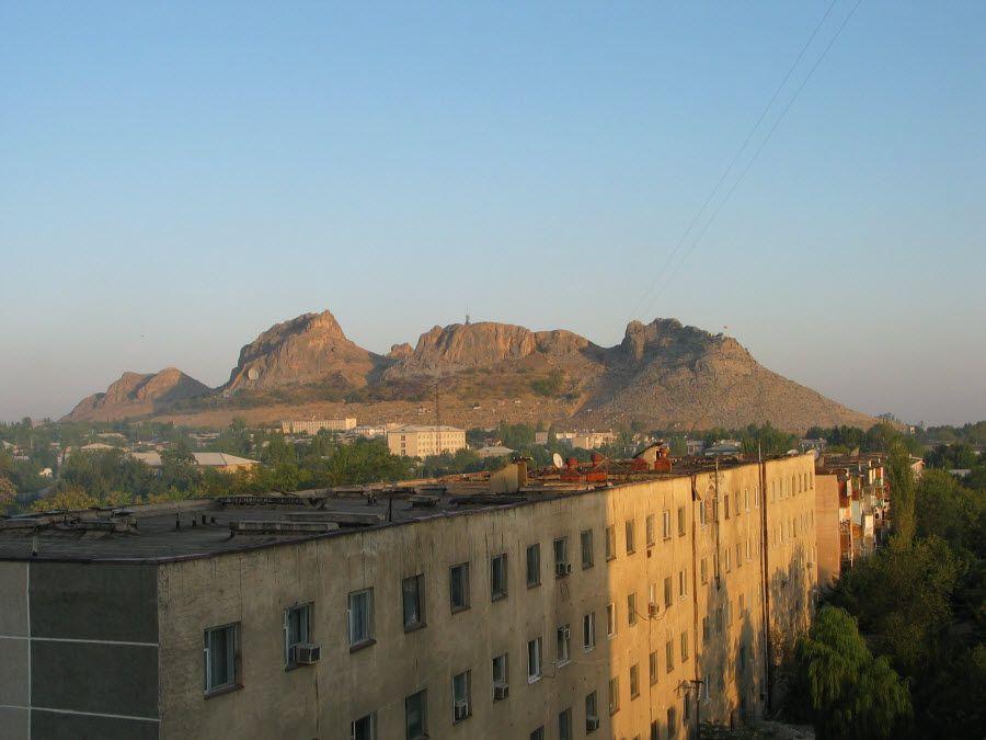 Фото вид на город Ош с горы Сулейман Хилл