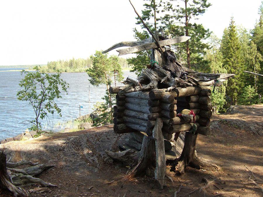 Фотография деревянных поделок на Острове добрых духов