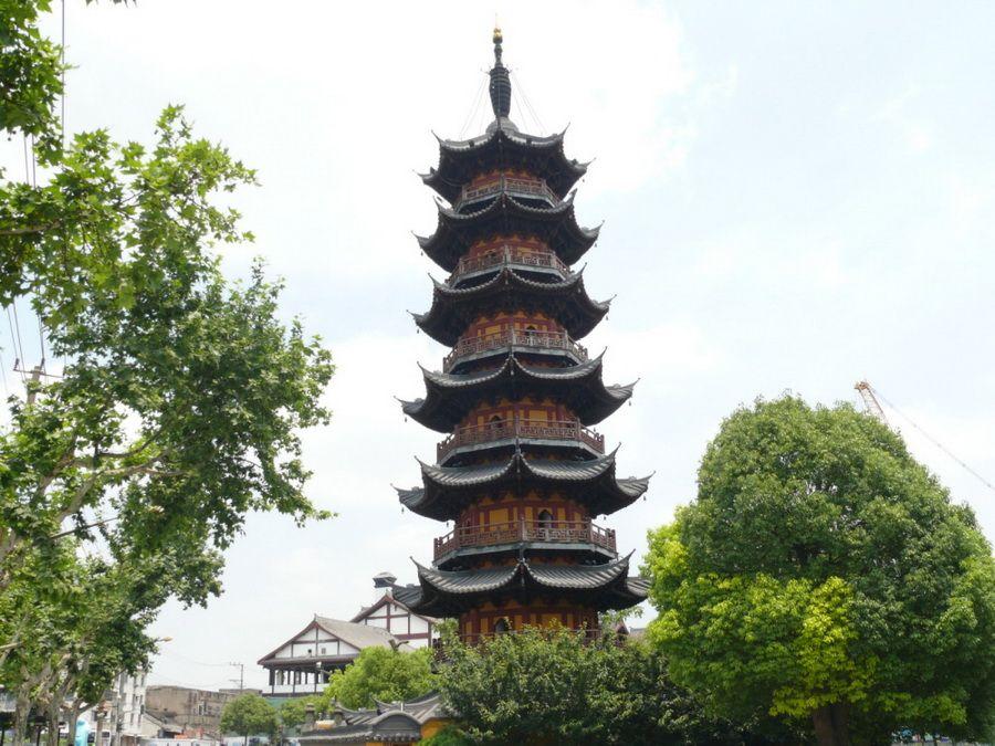 Фотография пагоды Лунхуа, одной из самых высоких в Шанхае и всем Китае
