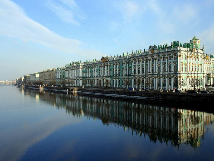 Панорама Дворцовой набережной в Санкт-Петербурге фото вида с реки
