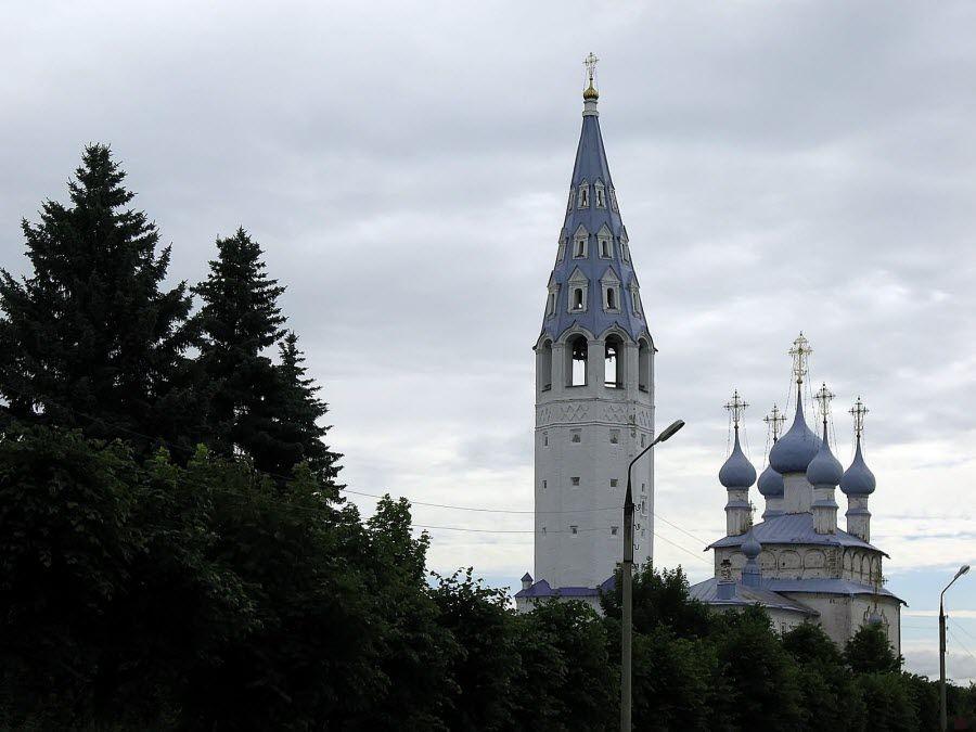 Вид на купола Крестовоздвиженской церкви в городе Палех фото