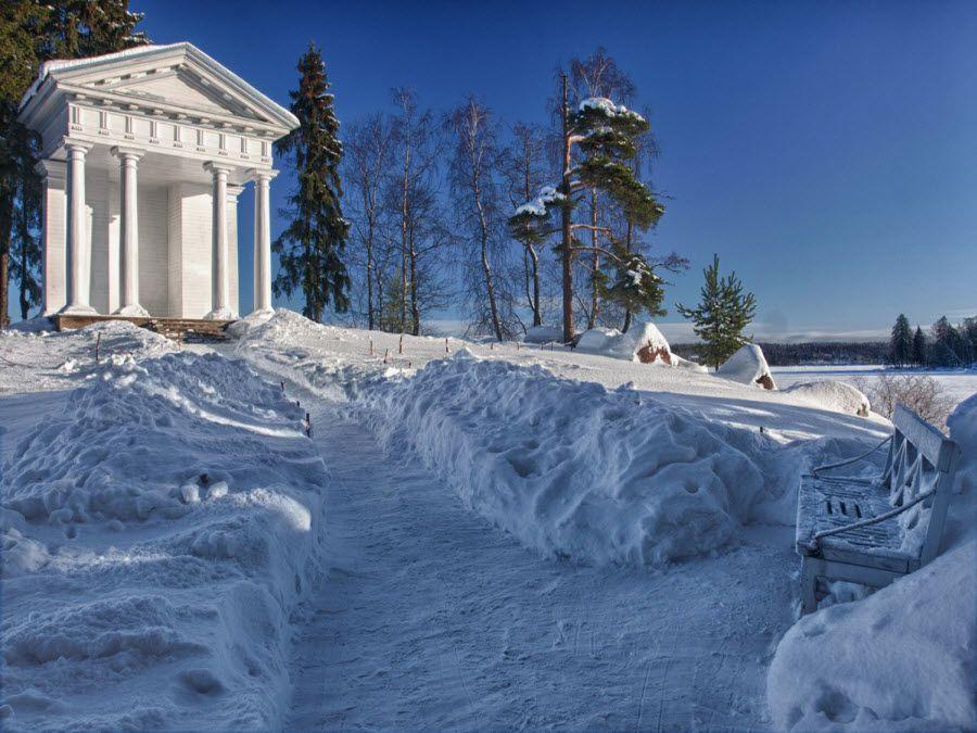 Вид зимой на парк Монрепо в Ленинградской области фото