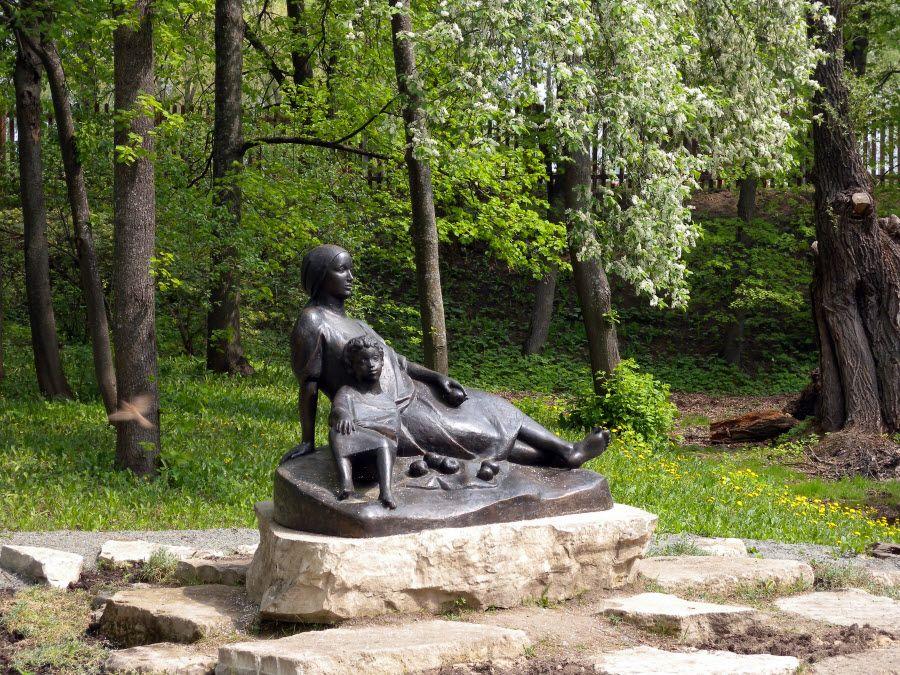 Фото памятника Арины Родионовны с юным Пушкиным в парке