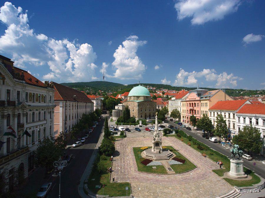 Вид на главную площадь города Печ фото