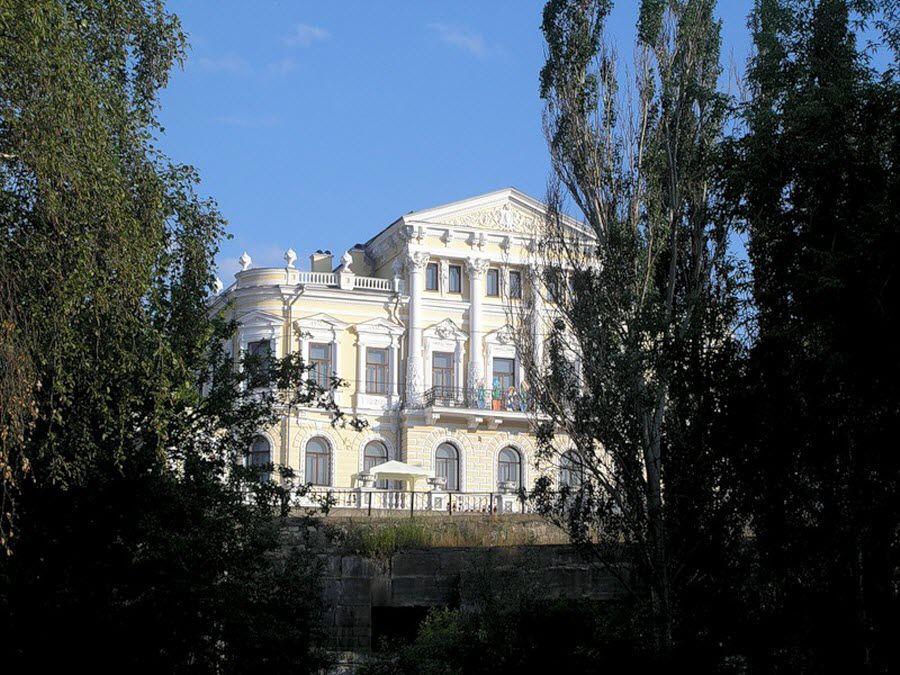 Красивое здание дома Мешкова фотография