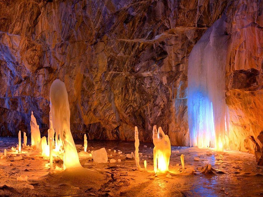 Подсветка в пещере Провал в Мраморном каньоне в Карелии фото
