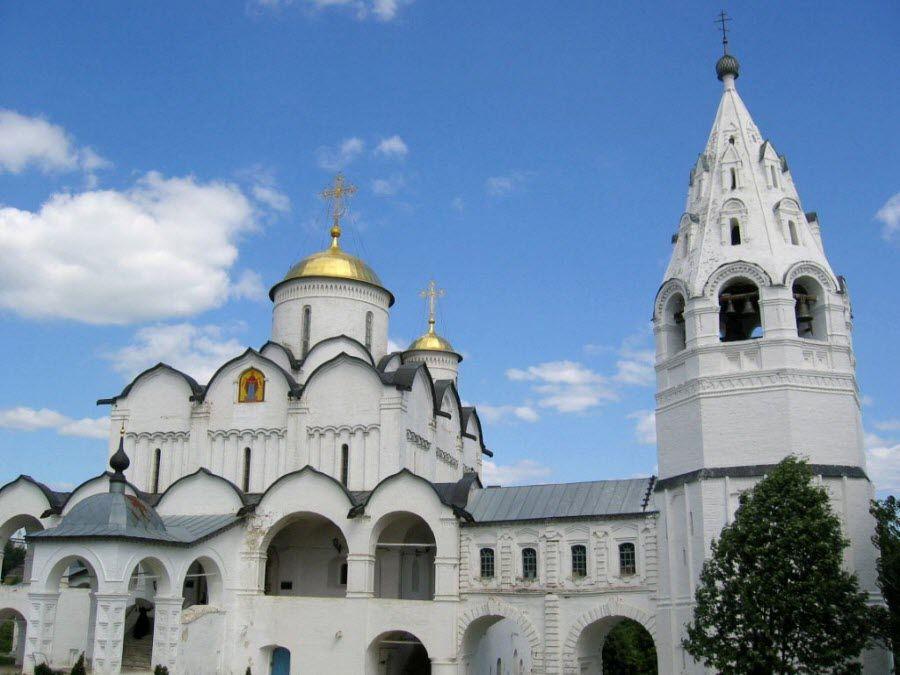 Вид вблизи на Покровский монастырь фото