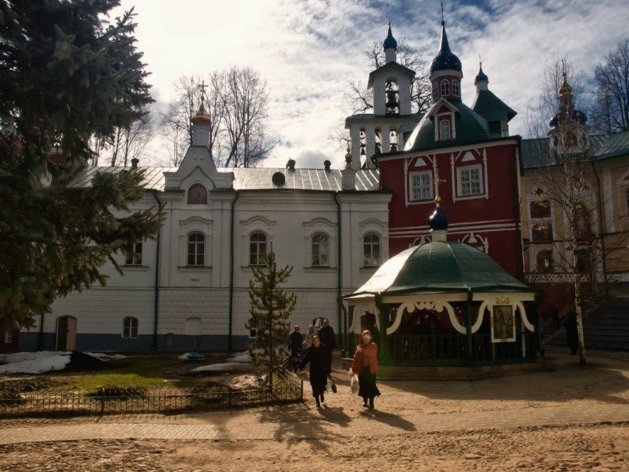 Псково-Печорский монастырь вид изнутри фото