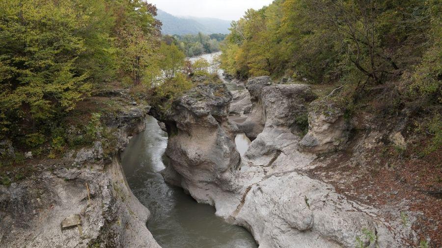 Фото изъеденных горных пород в русле реки Белая