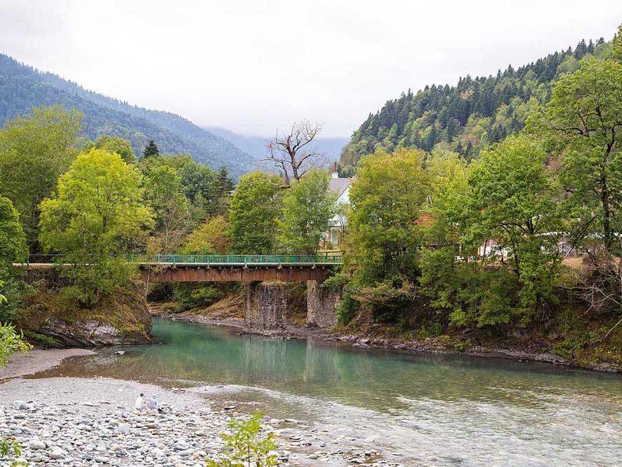 Вид на мост через реку Шхагуаше фото