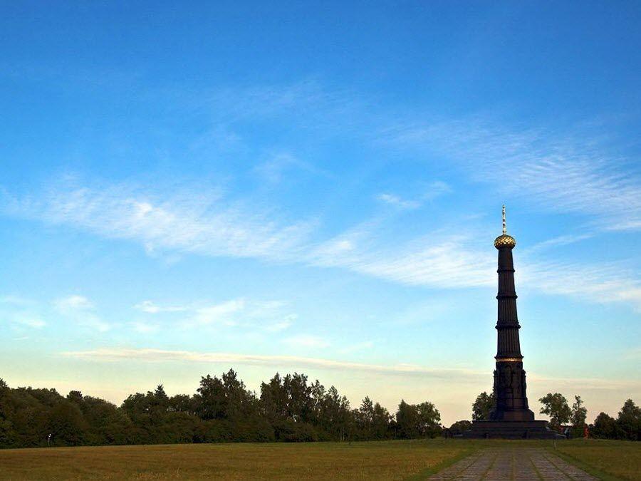 Вид на памятник на территории музея-заповедника Куликово поле фото