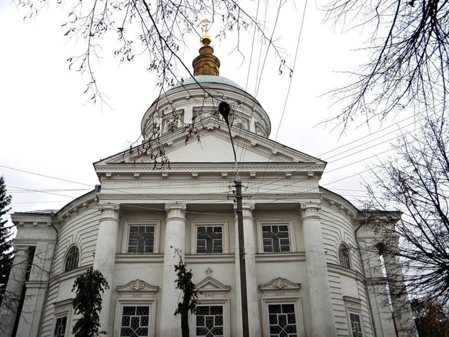 Вид вблизи на Покровский собор города Рыльска фото