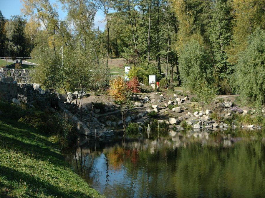 Фото сада камней и пруда в парке Феофания