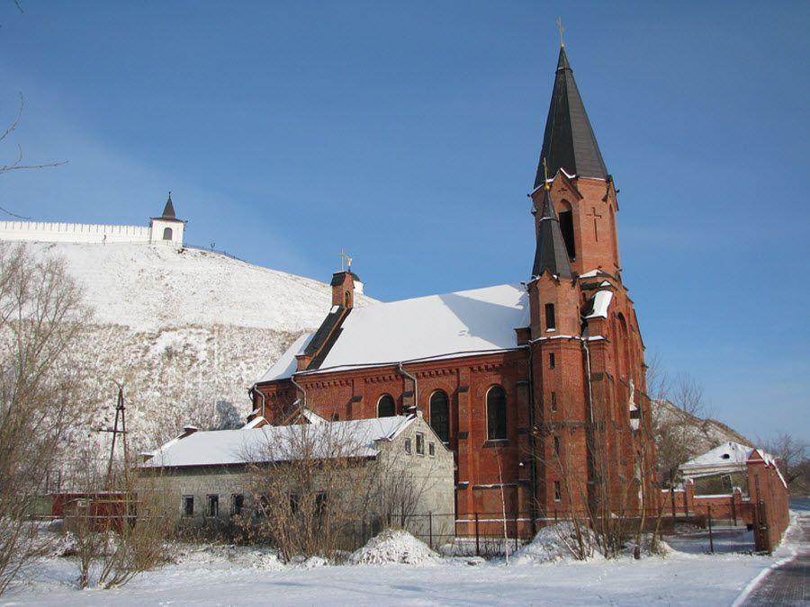 Римско-католический (польский) костел Пресвятой Троицы вблизи фото