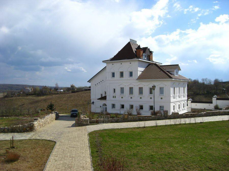Фото вид на красивый белоснежный храм Спасо-Воротынского монастыря