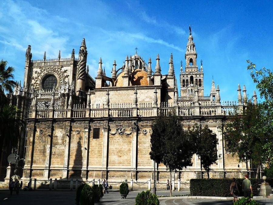 Собор Севильи и Ла-Хиральда на фото