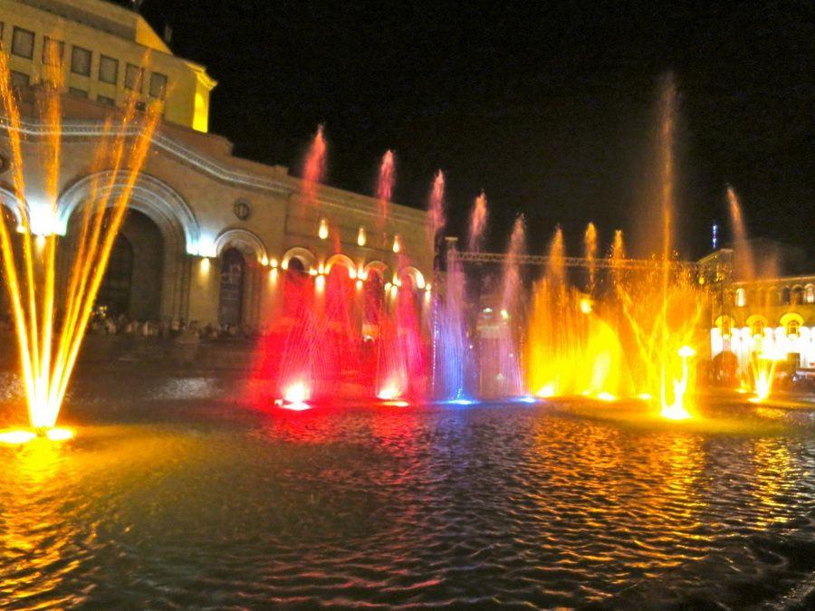 Фото поющих фонтанов Еревана ночью