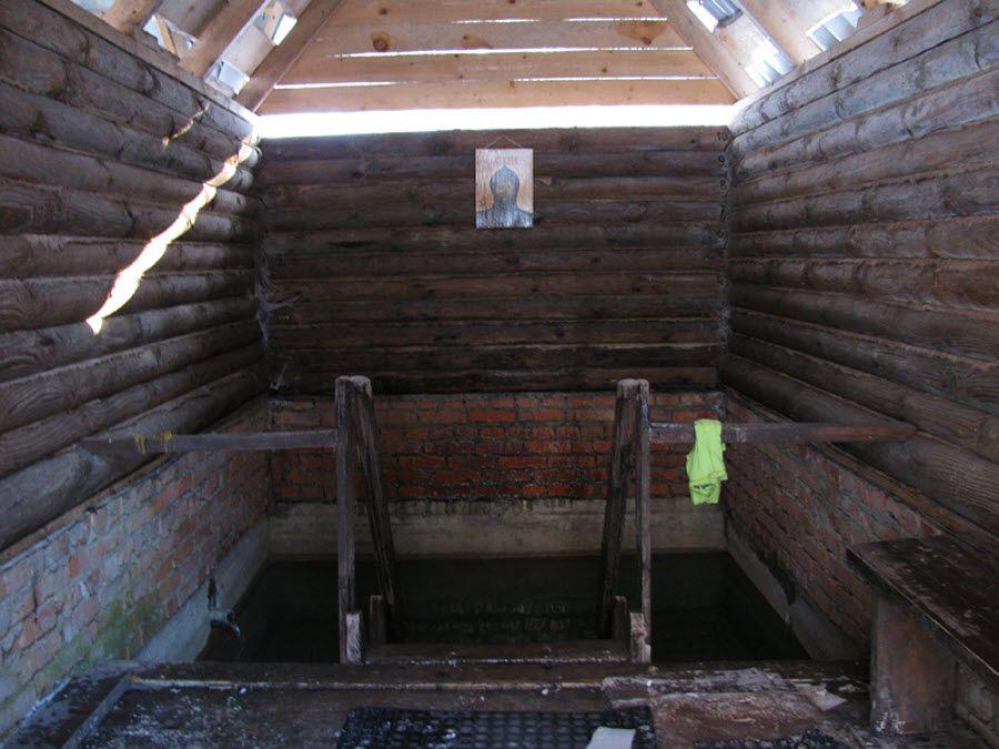 Купальня на территории скита Святого Кукши вид изнутри фото