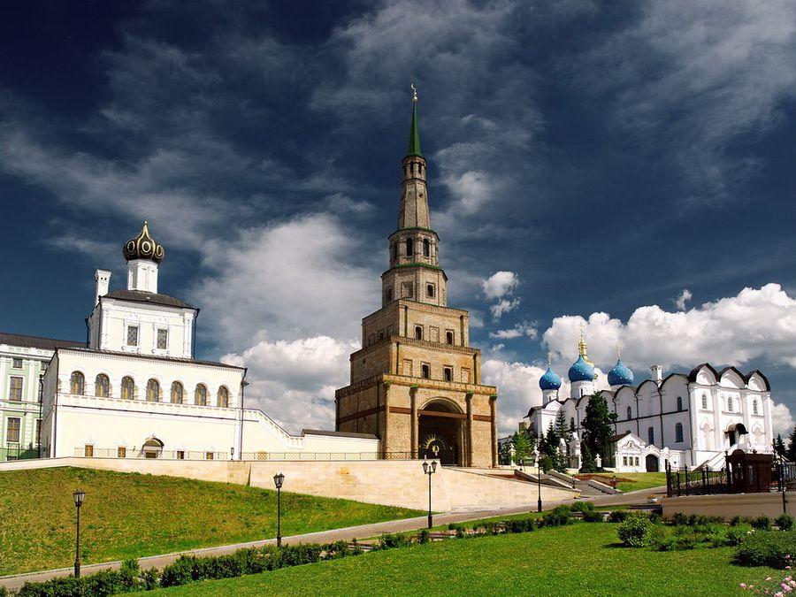 Фотография падающей башни Сююмбике в Казанском Кремле