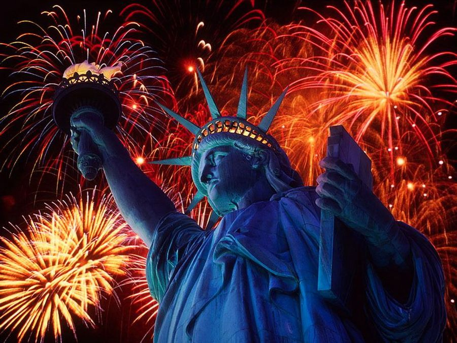 Фотография Статуи Свободы в Нью-Йорке на фоне фейерверков в День Независимости