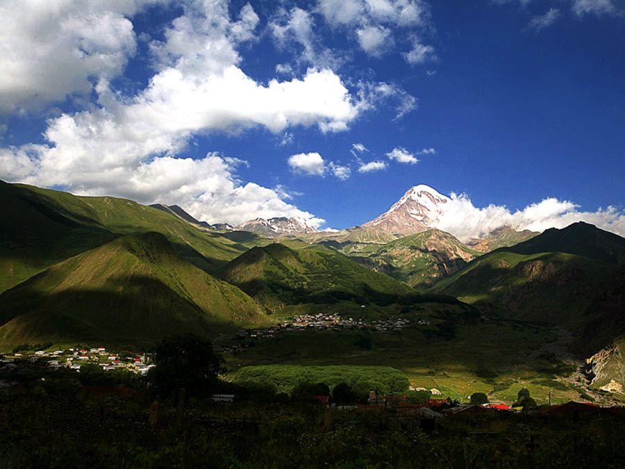 Фото деревни Степантсминда у подножья горы Казбеги