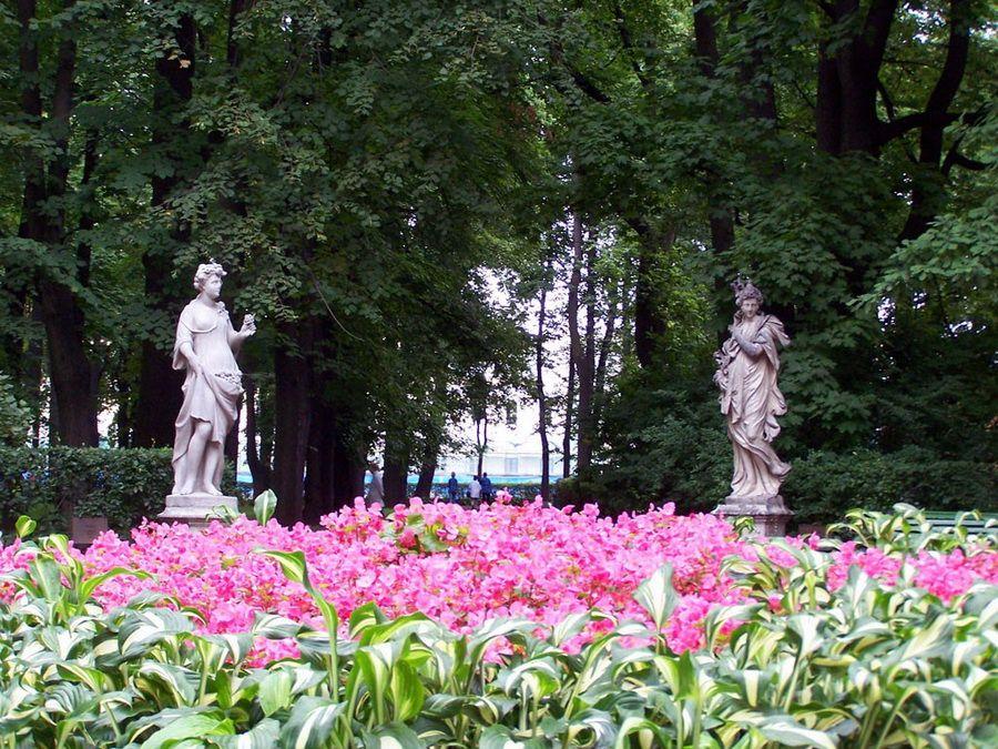 Фото статуй и клумбы в Летнем саду Санкт-Петербурга