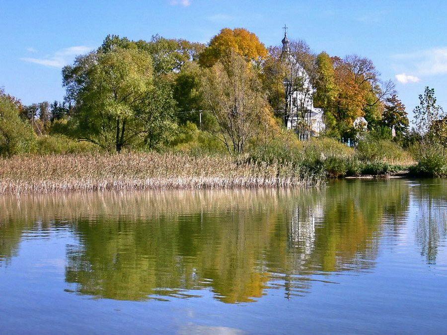 Фото церкви на озере Свитязь в Беларуси