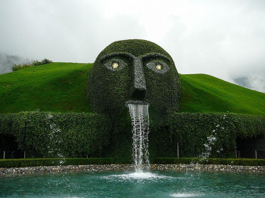Фонтан Кристальная голова над Музеем хрусталя Сваровски в Ваттенсе, фото Австрии