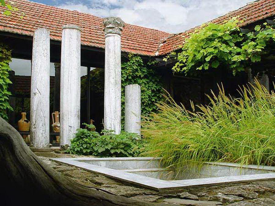 Внутренний дворик в Таманском археологическом музее фотография
