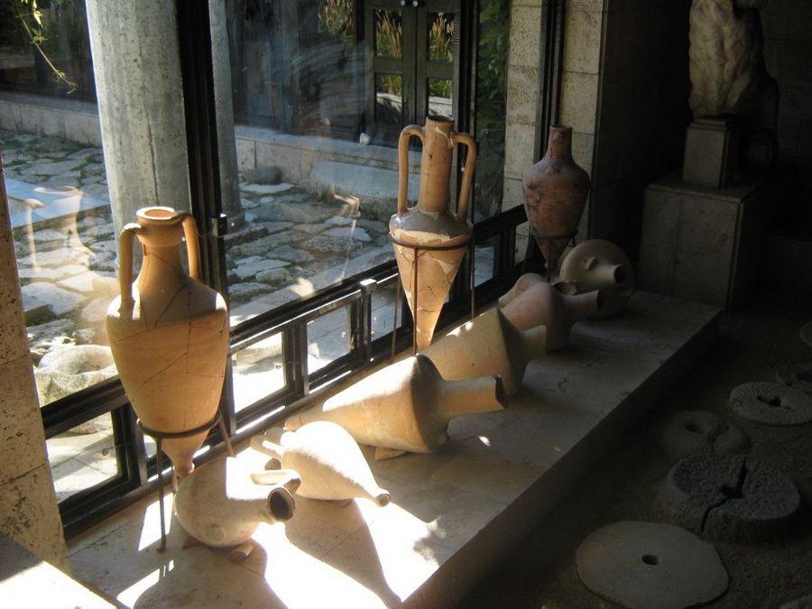 Фото экспонатов Таманского археологического музея в Новороссийске