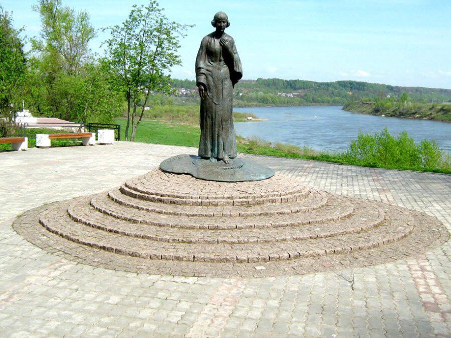 Памятник Марине Цветаевой в музее Цветаевых фото