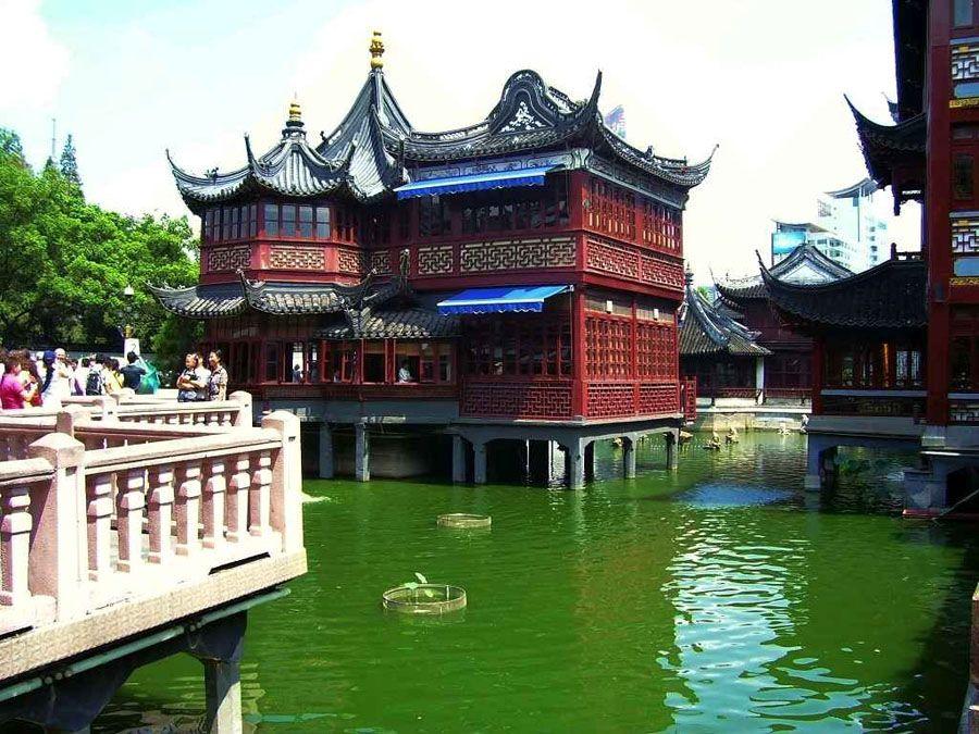 Храм Городских Богов на озере в Шанхае фотография