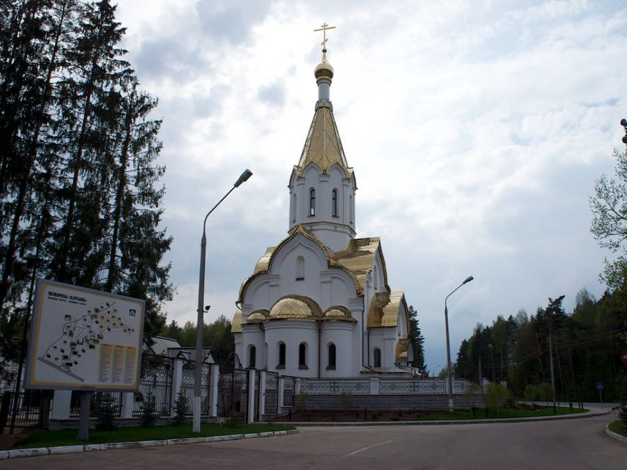 Мемориальный комплекс Катынь вид на церковь фото