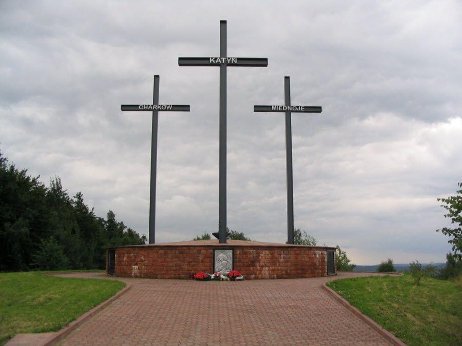 Кресты в центре мемориального комплекса Катынь фото