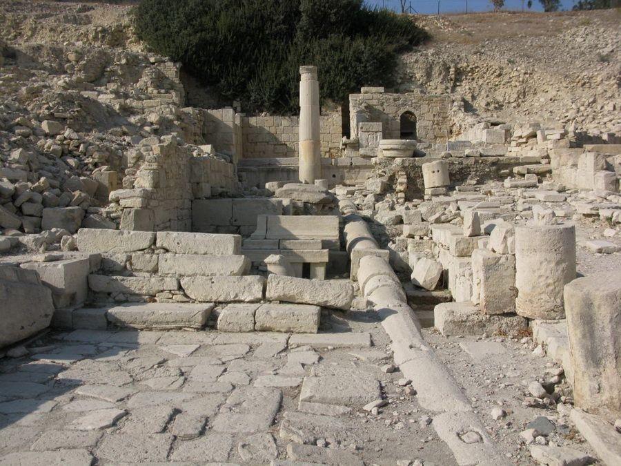 Водопровод в развалинах древнего Аматуса фотография Кипра