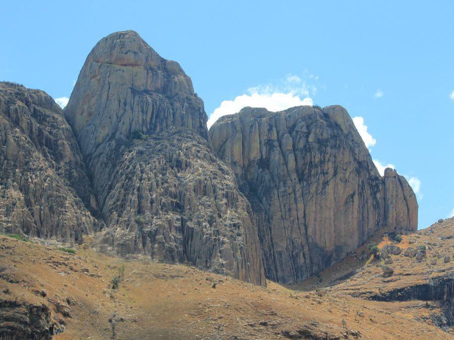 Горы в окрестностях Тулиара фото