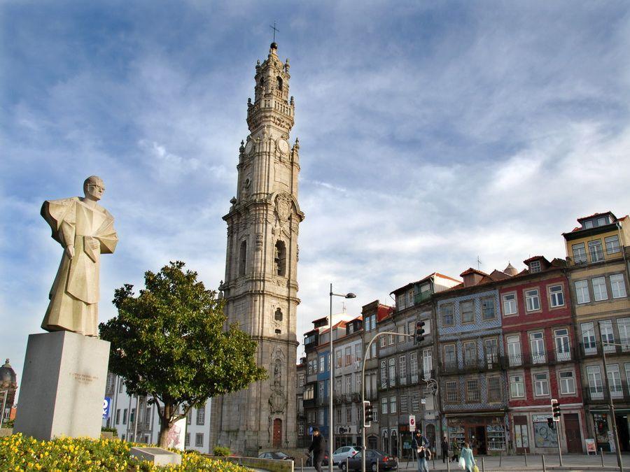 Башня Торре-душ-Клеригуш в Порту фотография