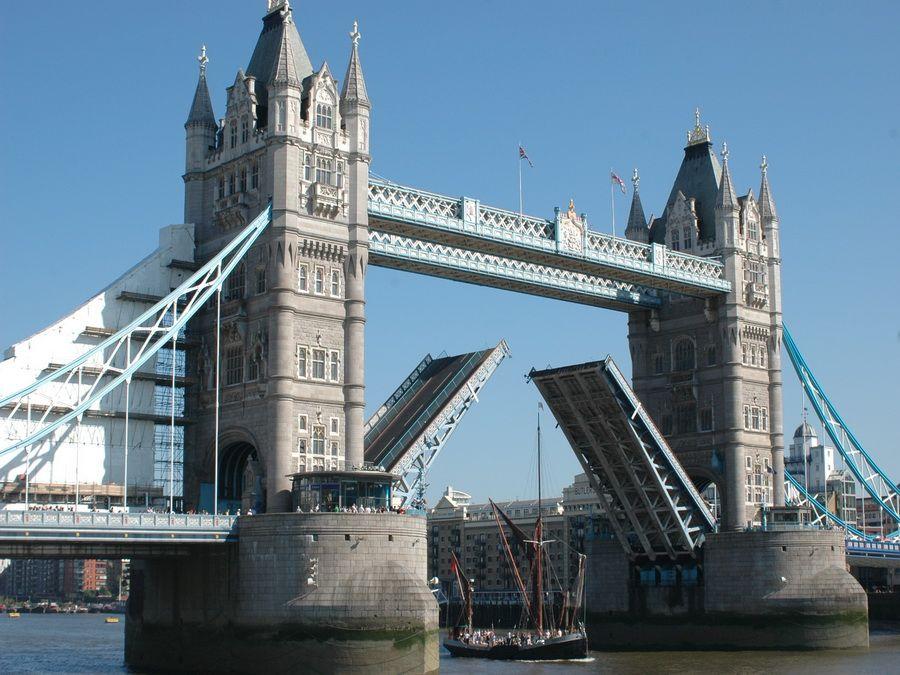 Разведение Тауэрского моста фото Лондона