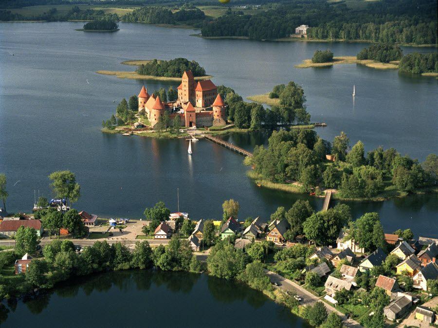 Фото панорама полуострова с замком Тракай в Литве