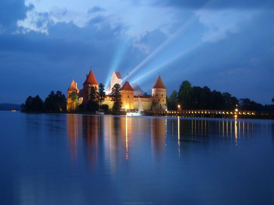 Фото невероятный тракайский замок ночью