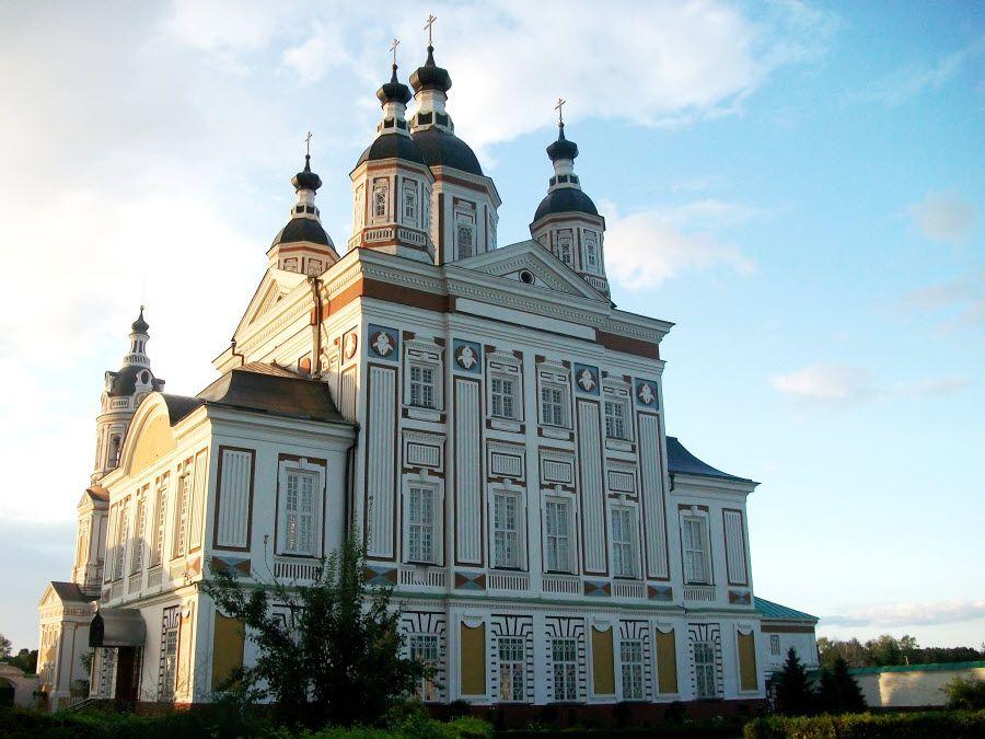 Вид вблизи на храм Троице-Сканова монастыря фото