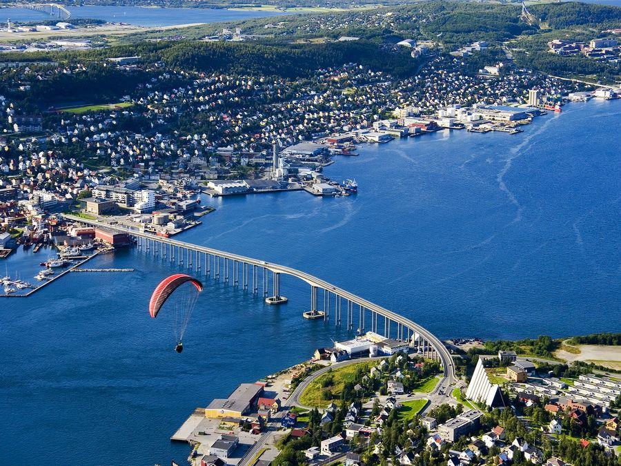 Вид с высоты на норвежский город Тромсе фото