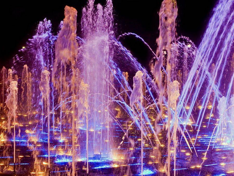 Светомузыкальные танцующие фонтаны усадьбы Царицыно ночное фото