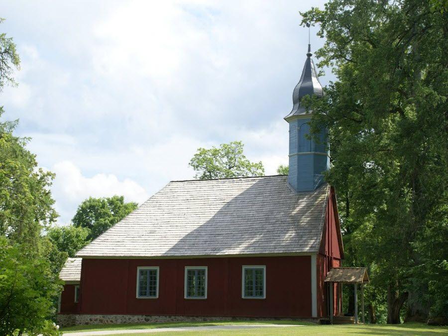 Фото Лютеранской деревянной церкви в заповеднике Турайда