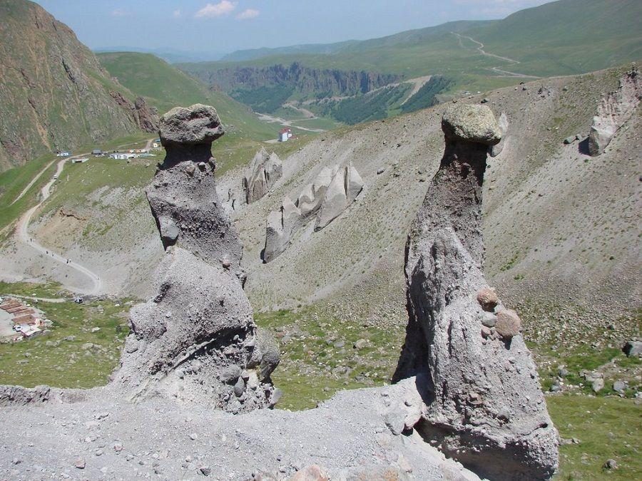 Фотография каменных формаций в урочище Джил-Су