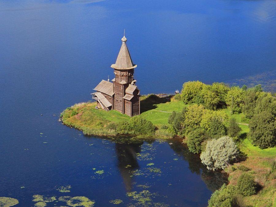 Фотография Успенской церкви на берегу Онежского озера
