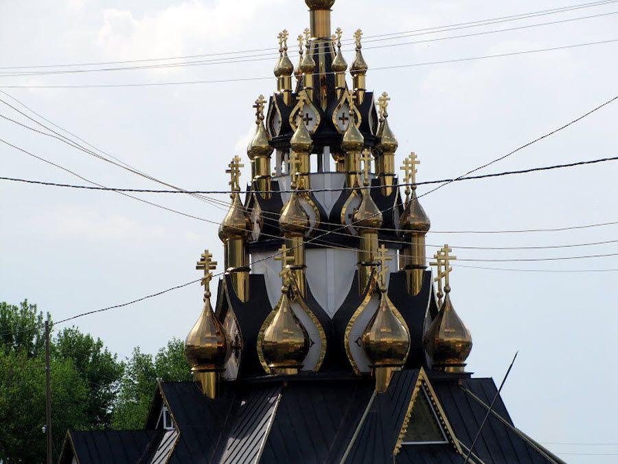 Фото вид на 33 позолоченных купола Усть-Медведитского монастыря